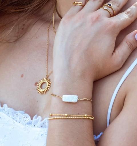 Pulsera de plata de ley y baño de oro con perla natural en forma rectangular.