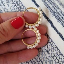 🤍 Pearl earring Hoops, no te parecen ideales, para este verano? Las perlas naturales, están presentes en la moda de esta temporada, por eso tenemos varios modelos.  Mira todas las posibilidades en bymarta.es -pendientes-perlas